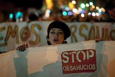 El Gobierno firmó el jueves un convenio con la banca para movilizar casi 6.000 viviendas en alquiler a precio reducido dirigidas a la población más vulnerable afectada por el drama de los desahucios. En la imagen del 4 de enero se puede ver a una mujer durante una manifestación contra los desahucios tras el suicidio de dos afectados en Málaga. REUTERS/Jon Nazca