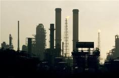 Imagen de archivo de la refinería de Amuay en Punto Fijo, Venezuela, mayo 18 2006. El flexicoquer de la mayor refinería de Venezuela, de 72.000 barriles por día (bpd) de capacidad, está paralizado desde la noche del domingo por una fuga en una línea de transmisión, dijo el jueves el sindicato de esa planta. REUTERS/Jorge Silva
