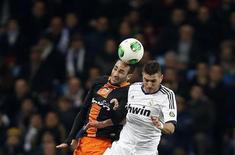 El Real Madrid puede esperar un recibimiento hostil en su visita liguera a Valencia este domingo después de que el encuentro de ida de su eliminatoria de cuartos de final de la Copa del Rey se viera marcado por las quejas de que el colegiado benefició al equipo de José Mourinho. En la imagen, Karim Benzema (derecha) pelea por un balón de cabeza con Adil Rami en el partido de Copa del martes. REUTERS/Sergio Perez