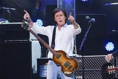 """El ex Beatle Paul McCartney ha grabado una nueva versión de su tema de 1971 """"Heart of the Country"""" y dirigió a sus seguidores a YouTube, donde la canción acompaña a un vídeo animado en el que aparece su fallecida esposa Linda. En esta imagen de archivo, el músico Paul McCartney durante el concierto benéfico """"12-12-12"""" por las víctimas de la supertormenta Sandy en el Madison Square Garden de Nueva York, el 10 de diciembre de 2012. REUTERS/Lucas Jackson"""