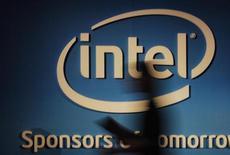 Intel a publié jeudi des résultats trimestriels conformes aux attentes, alors que le groupe américain est confronté à la baisse des ventes d'ordinateurs et à la transition vers les tablettes et smartphones. Le premier fabricant mondial de microprocesseurs a réalisé au quatrième trimestre un bénéfice net de 2,5 milliards de dollars, pour un chiffre d'affaires de 13,5 milliards de dollars. /Prise le 5 juin 2012/REUTERS/Yi-ting Chung