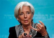 Los países de todo el mundo tienen que seguir adelante con sus promesas fiscales y de reformas, especialmente en EEUU y Europa, para reducir la incertidumbre que limita el crecimiento, según dijo el jueves la jefa del Fondo Monetario Internacional, advirtiendo que la economía global evitó por poco un gran golpe el año pasado. En la imagen, la directora gerente del Fondo Monetario Internacional, Christine Lagarde, en una rueda de prensa sobre las prioridades del FMI en el año por delante, en Washington, el 17 de enero de 2013. REUTERS/Gary Cameron