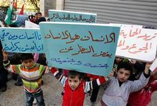 """Más de la mitad de los 642.000 refugiados que han pedido refugio del conflicto sirio en los países vecinos son niños, y la cantidad de gente que huye podría casi doblarse para junio, según dijo el jueves un alto cargo de la ONU. En la imagen, niños palestinos que vivían en el campo de refugiados palestinos de Yarmuk antes de huir de Siria sostienen carteles durante una protesta frente al Comité Internacional de la Cruz Roja en Beirut, el 17 de enero de 2013. Los carteles dicen """"El hombres es hombre, al margen de su género y nacionalidad"""", """"Soy humano y tengo derecho a vivir con dignidad"""" y """"Queremos protección del hambre y las enfermedades"""". REUTERS/Sharif Karim"""