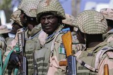 Soldados do Exército nigeriano se preparam para viajar ao Mali, no centro de manutenção de paz do Exército nigeriano, em Jaji, perto de Kaduna, na Nigéria, nesta quinta-feira. 17/01/2013 REUTERS/Afolabi Sotunde