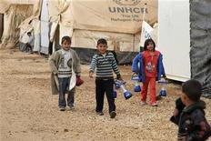 Crianças sírias refugiadas são vistas no campo de Al-Zaatari, em Mafraq, na Jordânia, perto da fronteira com a Síria, no início de janeiro. 06/01/2013 REUTERS/Majed Jaber