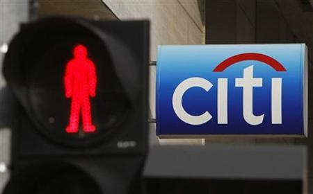 A traffic light is pictured in front of a Citibank branch in Singapore February 23, 2009. REUTERS/Vivek Prakash