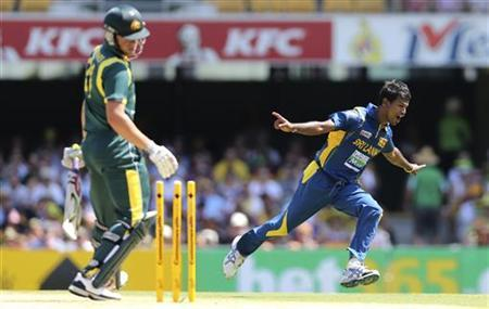 Sri Lanka's Nuwan Kulasekara (R) celebrates the dismissal of Australia's Moises Henriques during their one-day international cricket match at the Gabba in Brisbane January 18, 2013. REUTERS/Aman Sharma