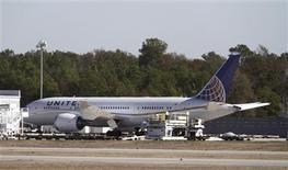 Un Boeing 787 d'United Airlines sur le tarmac de l'aéroport international de Houston, au Texas. Les compagnies aériennes ayant dans leur flotte des Boeing 787 s'efforçaient jeudi de réorganiser leurs vols après la demande de l'aviation civile américaine de bloquer au sol les Dreamliner en raison d'incidents à répétition ces derniers jours. /Photo prise le 17 janvier 2013/REUTERS/Donna Carson
