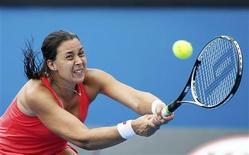 Marion Bartoli, tête de série numéro 11, a été éliminée vendredi au troisième tour de l'Open d'Australie, dominée par la Russe Ekaterina Makarova (n° 19) en trois manches intenses 6-7 6-3 6-4. Pour la quatrième année consécutive, il n'y aura donc pas de représentante Française en huitième de finale du premier Grand Chelem de l'année. /Photo prise le 18 janvier 2013/REUTERS/Daniel Munoz
