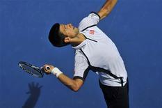 Le Serbe Novak Djokovic, numéro un mondial et double tenant du titre, s'est qualifié vendredi pour les huitièmes de finale de l'Open d'Australie en dominant le Tchèque Radek Stepanek en trois sets (6-4 6-3 7-5). /Photo prise le 18 janvier 2013/REUTERS/Toby Melville