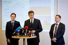 Fuerzas argelinas irrumpieron en un complejo de gas en el desierto para liberar a cientos de rehenes pero 30 de ellos, incluidos varios occidentales, murieron en el asalto junto con al menos 11 de sus secuestradores islamistas, dijo una fuente de seguridad argelina a Reuters. En la imagen, directivos de la empresa Statoil noruega hablan con los medios de comunicación sobre la situación de los rehenes en Argelia, en Stavanger, el 17 de enero de 2013. REUTERS/Kent Skibstad/