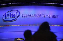 Посетители выставки в Лас-Вегасе стоят перед стендом Intel, 8 января 2013 года. Прогноз квартальной выручки Intel Corp и планируемый на 2013 год рост капитальных инвестиций до $13 миллиардов с $11 миллиардов годом ранее разочаровали инвесторов, уже озабоченных слабым спросом на персональные компьютеры. REUTERS/Rick Wilking