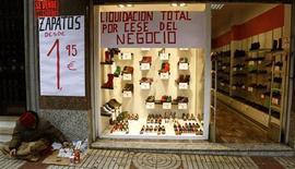 La actividad de los negocios en el sector servicios español aceleró su declive en noviembre en un contexto económico golpeado por una larga y profunda recesión, según datos divulgados el viernes por el Instituto Nacional de Estadística. En la imagen, carteles anunciando el cese de un negocio en el centro de Madrid, el 14 de diciembre de 2012. REUTERS/Sergio Pérez