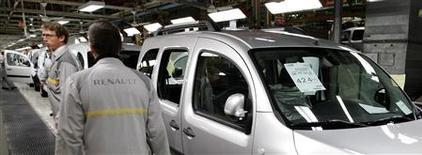 Carlos Ghosn, le PDG de Renault, s'est engagé à produire des voitures Nissan dans les usines Renault en France, a déclaré vendredi le ministre du Redressement productif Arnaud Montebourg sur BFM TV et RMC. /Photo prise le 8 octobre 2012/ REUTERS/Pascal Rossignol