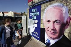 Pesquisas mostram que primeiro-ministro israelense Benjamin Netanyahu deve ser reeleito na votação marcada para a próxima terça-feira. 17/01/2013 REUTERS/Ammar Awad
