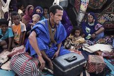 Hasta 700.000 personas pueden verse desplazadas por la violencia en Mali, entre ellas 400.000 que podrían huir a los países vecinos en los próximos meses, dijo el viernes el organismo de refugiados de las Naciones Unidas. En esta imagen de archivo, Mohamed Iselkou, de 45 años, posa con sus esposas y siete de sus diez hijos frente a un refugio improvisado en un campamento de refugiados de Mbera en Mauritania el 24 de mayo de 2012. REUTERS/Joe Penney