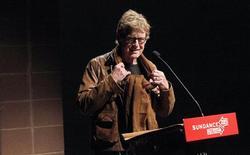 El Festival de Cine de Sundance abrió el jueves con películas y documentales de todo el mundo, incluyendo una obra que examina la división cultural entre Oriente Próximo y Estados Unidos. En la imagen, el actor Robert Redford habla antes de la inauguración del Festival de Cine de Sundance, en Park City, Utah, el 17 de enero de 2013. REUTERS/Mario Anzuoni