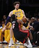 LeBron James anotó 39 puntos que ayudaron a Miami Heat a vencer a los Lakers por 99-90 en Los Ángeles el jueves, día en que el español Pau Gasol volvía a las canchas tras cinco partidos de baja por una conmoción. En la imagen, Gasol comete una falta en el bloqueo sobre James en Los Angeles, el 17 de enero de 2013. REUTERS/Lucy Nicholson