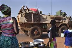 Moradores de vilarejo acenam para soldados franceses de passagem pela cidade de Konobougou, no Mali. Mais de 700.000 pessoas devem ser desalojadas em consequência da violência no Mali, incluindo 400.000 que podem fugir para países vizinhos nos próximos meses, afirmou a agência de refugiados da ONU. 17/01/2013 REUTERS/Joe Penney