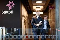 Cientos de trabajadores de empresas petroleras internacionales evacuaron Argelia el jueves y muchos más lo harán en los próximos días, informó el viernes la firma británica BP, tras un ataque de un grupo ligado a la red Al Qaeda contra un proyecto de gas. En la imagen, el presidente de la firma de energía noruega Statoil, Helge Lund (I), y el director de operaciones exteriores, Lars Christian Bacher, abandonan una reunión de la compañía en Stavanger el 17 de enero de 2013. REUTERS/Kent Skibstad/NTB Scanpix