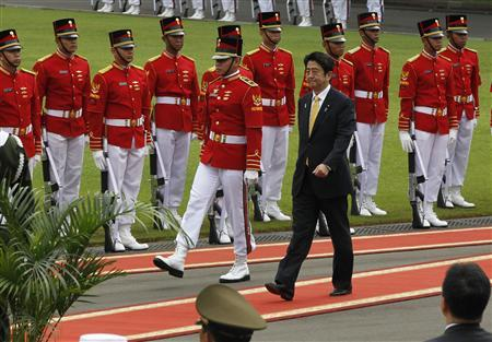 Japan's Prime Minister Shinzo Abe (R) walks after inspecting the honour guard during a welcome ceremony at the Merdeka palace in Jakarta January 18, 2013. Abe is in Indonesia for a one-day state visit. REUTERS/Enny Nuraheni