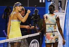 Мария Шарапова (слева) и Винус Уильямс уходят с корта по окончании матча третьего круга на турнире Australian Open в Мельбурне 18 января 2013 года. Россиянка Мария Шарапова продолжила в пятницу серию легких побед на Открытом чемпионате Австралии, обыграв в третьем круге американку Винус Уильямс. REUTERS/Toby Melville