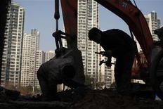 Operário trabalha em obra em área residencial de Xangai, na China. A economia da China cresceu em seu ritmo mais lento em 13 anos em 2012, mas a aceleração registrada no quarto trimestre apoiada por gastos com infraestrutura e um salto no comércio sinalizou que as bases para uma expansão sustentável que Pequim diz ser vital para a reforma econômica pode estar à vista. 18/01/2013 REUTERS/Aly Song