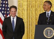 Secretário do Tesouro dos Estados Unidos, Timothy Geithner, é visto ao lado do presidente do país, Barack Obama, em Washington. A recuperação econômica dos Estados Unidos está entrando na reta final, embora o desemprego permaneça muito alto e somente cairá de maneira gradual, disse o secretário. 10/01/2013 REUTERS/Larry Downing