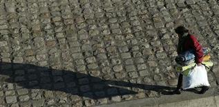 Michel Sapin a confirmé lors d'une rencontre avec la rédaction de Reuters que l'ex-secrétaire général de la CFDT François Chérèque suivra à la demande du gouvernement la politique de lutte contre la pauvreté dans le cadre de ses nouvelles fonctions d'inspecteur général des affaires sociales. /Photo prise le 18 janvier 2013/REUTERS/John Schults