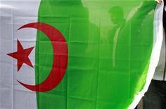 Foto de arquivo da bandeira argelina. Grupo ligado à Al Qaeda que afirma estar por trás do sequestro de dezenas de pessoas num complexo de gás na Argélia prometeu, nesta sexta-feira, realizar mais operações, disse a agência de notícias da Mauritânia ANI, citando um porta-voz do grupo. 15/01/2011 REUTERS/Muhammad Hamed