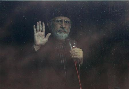 Sufi cleric and leader of the Minhaj-ul-Quran Muhammad Tahirul Qadri addresses his supporters from behind the window of an armoured vehicle after his meeting with members of Pakistan's coalition government on the fourth day of protests in Islamabad January 17, 2013. REUTERS/Akhtar Soomro