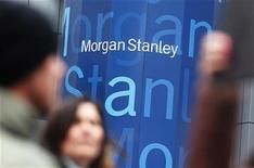 Morgan Stanley gagnait 6,3% en avant-Bourse vendredi après la publication d'un bénéfice trimestriel tiré des opérations poursuivies de 573 millions de dollars (28 cents par action) contre une perte de 222 millions (13 cents) un an auparavant. /Photo d'archives//REUTERS/Shannon Stapleton