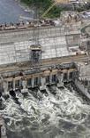 Вид с воздуха на строящуюся Богучанскую ГЭС на реке Ангара 29 июня 2009 года. Крупнейшая в РФ гидрогенерирующая госкомпания РусГидро сократила скорректированную прибыль за девять месяцев 2012 года на 61,1 процента на фоне исключения инвестнадбавки к ее тарифу и снижения выработки ГЭС, не догнав прогноз, говорится в ее материалах. REUTERS/Ilya Naymushin