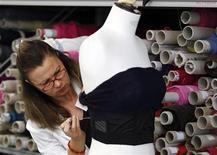 Una sarta al lavoro in un atelier. REUTERS/Giampiero Sposito