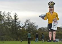 Lance Armstrong, que admitió el jueves doparse sistemáticamente durante años, no estuvo ni mucho menos solo a la hora de emplear sustancias ilegales que mejoraban su rendimiento para tener éxito en el ciclismo. En la imagen, varias personas junto a una representación gigante de Armstrong en Edenbridge, sudeste de Inglaterra, el 3 de noviembre de 2012. REUTERS/Toby Melville