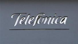 La Comisión del Mercado de Telecomunicaciones (CMT) dijo el viernes que ha propuesto subir un 3,4 por ciento, hasta 8,60 euros, la cuota que Telefónica puede cobrar a sus rivales por el alquiler de sus líneas. En la imagen, un logo de Telefónica en Madrid el 3 de diciembre de 2012. REUTERS/Andrea Comas