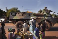 Militaires français dans les rues de Konobougou, entre Bamako et Ségou. Six Français sur dix font confiance à François Hollande pour mener l'intervention militaire au Mali, qui a commencé il y a une semaine, selon un sondage BVA. /Photo prise le 17 janvier 2013/REUTERS/Joe Penney