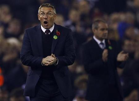 Southampton's manager Nigel Adkins instructs his team during their English Premier League football match against West Bromwich Albion at The Hawthorns in West Bromwich, central England, November 5, 2012. REUTERS/Darren Staples