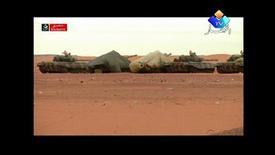 Correction de la date de prise de vue qui date de décembre et non du 17 janvier comme indiqué par erreur. / Tanks dans la zone de Tiguentourine, près d'In Amenas, en décembre dernier, où les forces spéciales de l'armée algérienne ont lancé jeudi l'assaut contre le complexe gazier où plusieurs dizaines d'Occidentaux étaient retenus en otages par un commando islamiste. L'opération algérienne sur ce site se poursuivait vendredi, a déclaré Jean-Marc Ayrault lors de ses voeux à la presse. /Image TV de décembre 2012/REUTERS/Enahar TV via Reuters TV