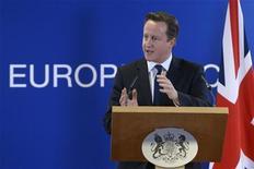 Британский премьер Дэвид Кэмерон выступает на пресс-конференции в рамках саммита лидеров ЕС в Брюсселе 14 декабря 2012 года. Великобритания выйдет из Европейского союза, и проект евроинтеграции потерпит неудачу, если блок не справится с тремя серьезными проблемами, свидетельствуют выдержки из текста выступления премьер-министра Дэвида Кэмерона, запланированного на пятницу, но отложенного из-за кризиса с заложниками в Алжире. REUTERS/Eric Vidal