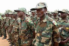 El Gobierno español anunció el viernes su disposición a apoyar a Francia en el conflicto de Mali, donde París ha intervenido para frenar un avance islamista en el norte y al que España contribuirá con labores de formación y transporte de las tropas africanas, dijo el viernes. En la imagen, soldados del Ejército togolés en preparación para su despliegue en Mali, desde la capital de Togo, Lome, el 17 de enero de 2013. REUTERS/Noel Kokou Tadegnon