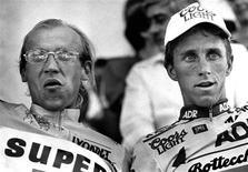 Reacciones a la confesión de Lance Armstrong de que se dopó para conseguir un récord de siete Tour de Francia con el uso sistemático de sustancias prohibidas que mejoraban el rendimiento. En esta imagen de archivo, el ciclista estadounidense Greg LeMond (a la derecha) y el líder del Tour de France de 1989 Laurent Fignon (a la izquierda) en el podio tras la etapa 19 de la ronda francesa en Aix-les-Bains, el 21 de julio de 1989. REUTERS/Charles Platiau/Files