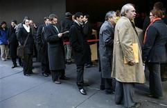 Соискатели работы выстроились в очередь на ярмарку вакансий веб-сайта Monster.com в Нью-Йорке 5 марта 2009 года. Восстановление экономики США выходит на финишную прямую, хотя безработица все еще очень высока и может снизиться только постепенно, сказал министр финансов Тимоти Гайтнер. REUTERS/Mike Segar