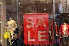 """Foto de archivo de un grupo de personas frente a una tienda comercial en Nueva York, dic 24 2012. La confianza del consumidor estadounidense se deterioró por segundo mes consecutivo y alcanzó su menor nivel en más de un año en enero, con una cantidad récord de consumidores citando al reciente debate por el """"abismo fiscal"""" en Washington, mostró un sondeo divulgado el viernes. REUTERS/Keith Bedford"""