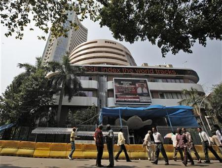 Commuters walk past the Bombay Stock Exchange building in Mumbai February 28, 2011. REUTERS/Danish Siddiqui/Files