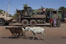 Militaires français faisant le plein à Markala, au nord de la ville malienne de Séguou. Plus au Nord, les militaires français et maliens ont repris le contrôle de la localité stratégique de Diabali, conquise le 14 janvier par les islamistes dans le centre du pays. /Photo prise le 18 janvier 2013/REUTERS/Joe Penney