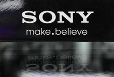 Foto de archivo del logo de Sony en una tienda de artículos electrónicos en Tokio, jun 27 2012. Sony Corp dijo que venderá el edificio que alberga su sede central en Nueva York a un consorcio liderado por la constructora The Chetrit Group en unos 1.100 millones de dólares, el precio más alto pagado por un edificio de oficinas en Estados Unidos en dos años. REUTERS/Yuriko Nakao