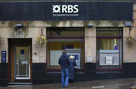 People use a Royal Bank of Scotland (RBS) cashpoint in Edinburgh, Scotland November 14, 2012. REUTERS/David Moir/Files
