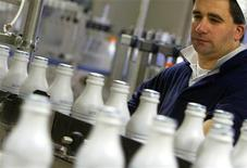 Les groupes agroalimentaires coopératifs Eurial et Agrial ont annoncé leur intention de fusionner leurs activités laitières pour donner naissance d'ici à 2014 au sixième groupe laitier français. La nouvelle entité, qui prendra le nom d'Eurial et visera un chiffre d'affaires de 2 milliards d'euros, sera le deuxième groupe laitier coopératif de France derrière Sodiaal. /Photo d'archives/REUTERS/Max Rossi
