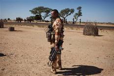 Los primeros enfrentamientos entre las tropas francesas y los islamistas en Mali han mostrado que los combatientes del desierto están mejor preparados y equipados de lo que Francia había previsto antes de la intervención militar de la semana pasada, dijeron diplomáticos franceses y de la ONU. En la imagen, un soldado francés sostiene su arma en Sarakala, en Mali, el 18 de enero de 2013. REUTERS/Joe Penney